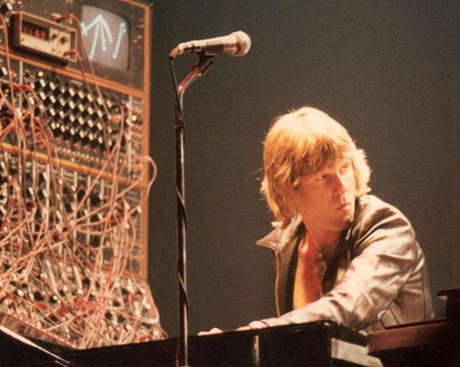 photo of Keith Emerson playing keyboards on stage